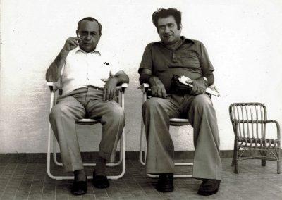 Mario Grasso e Leonardo Sciascia nel cortile della casa di campagna (luglio 1979)